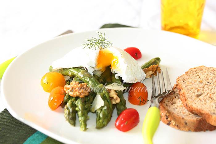 Oeuf poché salade d'asperges aux noix
