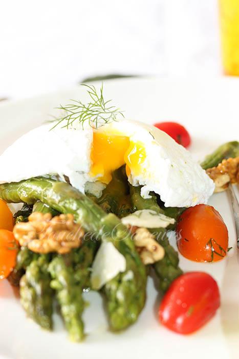 Oeuf poché salade d'asperges aux noix2